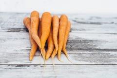 Organiska morötter på trätabellen Royaltyfri Fotografi