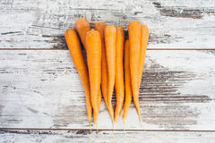 Organiska morötter på trätabellen Royaltyfria Foton