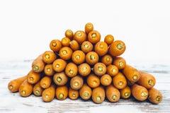 Organiska morötter på trätabellen Arkivbild