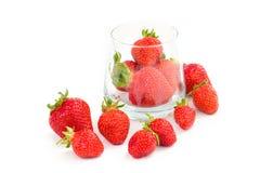 Organiska nya jordgubbar bär frukt i exponeringsglas på vit Royaltyfri Foto