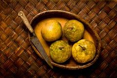 organiska ovala pears för brun maträttkniv royaltyfria foton