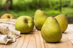 Organiska päron på en lantlig trätabell arkivfoton