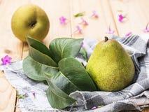 Organiska päron på en lantlig trätabell royaltyfri fotografi