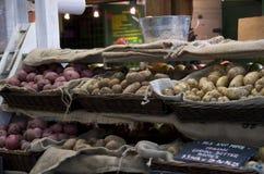 Organiska potatisar i marknad royaltyfria foton