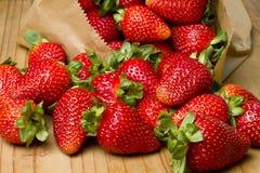 organiska röda mogna jordgubbar Royaltyfria Bilder