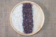 Organiska ris, blandade ris, vita ris för jasmin, risbär, limaktigt ris i träbunke på säckbakgrunden royaltyfria foton