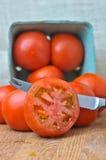 Organiska skiva tomater i en samlingsbehållare Arkivfoto