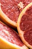 Organiska skivade röda grapefrukter Arkivfoto