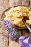 Organiska smakliga kakor med lavendel blommar närbild vertikalt Arkivfoto