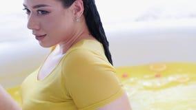 Organiskt bad för hem- för brunnsortskönhetomsorg behandling för hår stock video