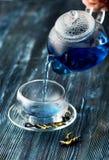 Organiskt blått te Anchan i en tekanna och en kopp arkivfoto