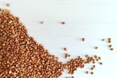 Organiskt bovetegryn en vit träbakgrund Ingrediens för sund frukost royaltyfri foto