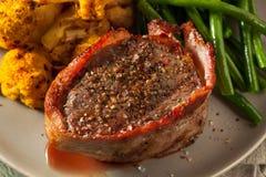 Organiskt gräs Fed Bacon Wrapped Sirloin Steak Royaltyfri Bild