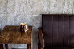 Organiskt kaffe på en trätabell royaltyfria bilder