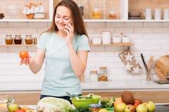 Organiskt laga mat för receptkommunikationssmartphone arkivbild
