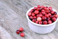 organiskt lantligt trä för bakgrundscranberries Royaltyfria Bilder