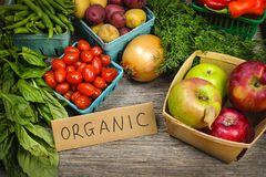 Organiskt marknadsföra frukter och grönsaker Fotografering för Bildbyråer