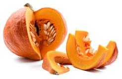 Organiskt moget ljust orange pumpasnitt med frö som isoleras på wh Royaltyfri Bild