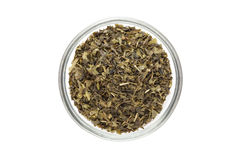Organiskt tepåsesnitt för grönt te (kameliasinensis), torkade sidor, i den glass bunken Arkivbilder