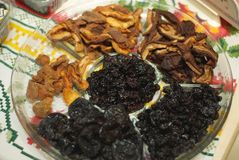 Organiskt torkat sunt blandat - fruktblandning på en platta arkivbild