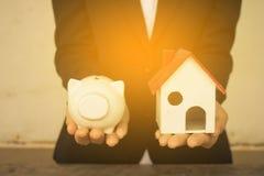 Organismos de investimento imobiliário Casa e moedas na tabela Foto de Stock Royalty Free