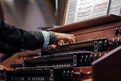 Organist som spelar ett rörorgan arkivbild