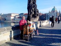 Organista em Charles Bridge, Praga, República Checa Imagens de Stock Royalty Free