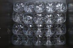 Organização do armazenamento na prateleira Uso secundário de garrafas plásticas Espaço da economia Uso conveniente Fotos de Stock