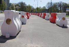 Organización de tráfico por carretera usando los separadores del camino Otros nombres son separador reflexivo del tráfico, barrer imagen de archivo libre de regalías