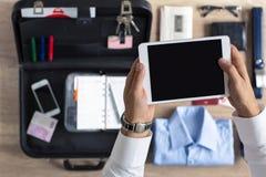 Organización del hombre de negocios en la tableta para el trabajo Fotografía de archivo libre de regalías