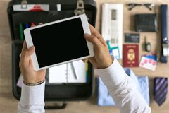 Organización del hombre de negocios en la tableta para el viaje Fotos de archivo