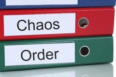 Organización del caos y de la orden en concepto del negocio de la oficina Imagen de archivo