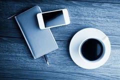 organizador con la taza de café imagenes de archivo