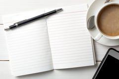 Organizador con a para hacer la lista en el fondo de madera blanco imagen de archivo libre de regalías