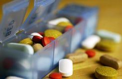 Organizador de la píldora con las píldoras Fotografía de archivo