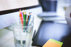 Organizador del escritorio con el vidrio de consumición y la tableta de gráficos Imágenes de archivo libres de regalías