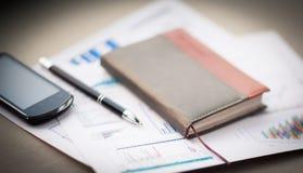 Organizador e pena na mesa de escritório Fotos de Stock
