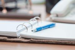 Organizador e pena pessoais na mesa de escritório Imagens de Stock Royalty Free