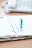 Organizador e pena pessoais na mesa de escritório Fotos de Stock