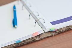 Organizador e pena pessoais na mesa de escritório Foto de Stock