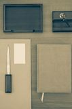 Organizador ou planejador pessoal de couro executivo luxuoso com uma letra no fundo de madeira Foto de Stock