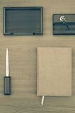 Organizador ou planejador pessoal de couro executivo luxuoso no fundo de madeira Fotografia de Stock Royalty Free