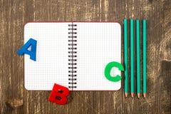 Organizador personal con los lápices y las letras de ABC Foto de archivo libre de regalías