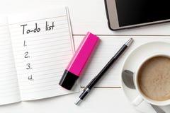 Organizador personal con a para hacer la lista en el fondo de madera blanco imágenes de archivo libres de regalías