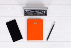 Organizador personal con una pluma, vidrios en la caja abierta para los vidrios Foto de archivo