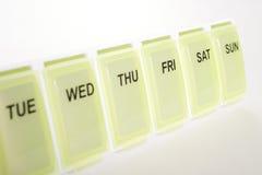 Organizador semanal do comprimido imagem de stock