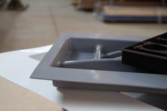 Organizadores para los utensilios de la cocina Accesorios de los muebles Construido en el equipo Imagen de archivo