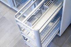 Organizadores para los utensilios de la cocina Accesorios de los muebles Construido en el equipo Foto de archivo libre de regalías