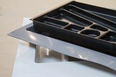 Organizadores para los utensilios de la cocina Accesorios de los muebles Construido en el equipo Foto de archivo