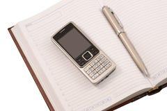 Organizzatore di cuoio, penna e telefono mobile Fotografia Stock Libera da Diritti